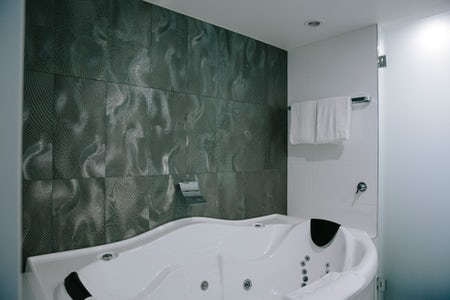 Avenue Hotel spa bath picture