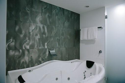 Avenue Hotel spa bath picture