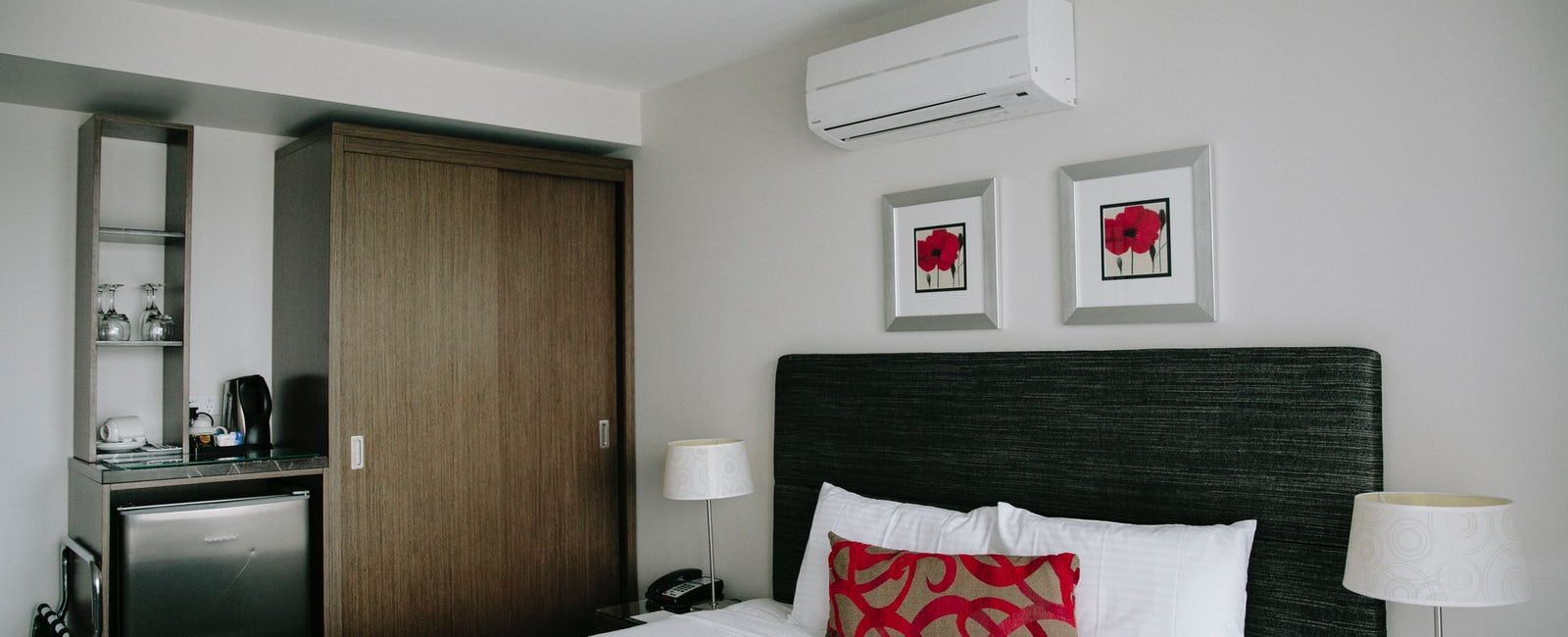 An image of a single hotel bedroom at Aria Hotel located on Dickson street
