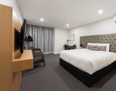 A picture of the hotel bedroom at the Avenue Hotel in Canberra