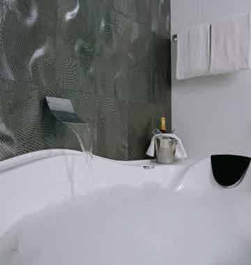 Picture of a luxurious spa bath in the Avenue Hotel in Canberra