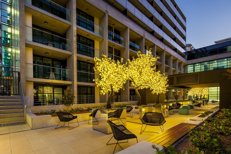 Picture of the Avenue Hotel outdoor courtyard at night located in Braddon